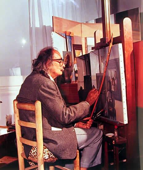 Salvador Dalí in his studio_színes