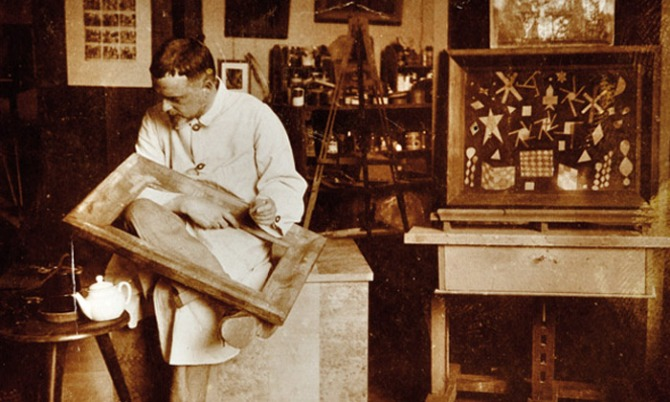 01. Paul Klee at work in Weimar, 1924 Photograph Felix Klee Klee Nachlassverwaltung, Bern