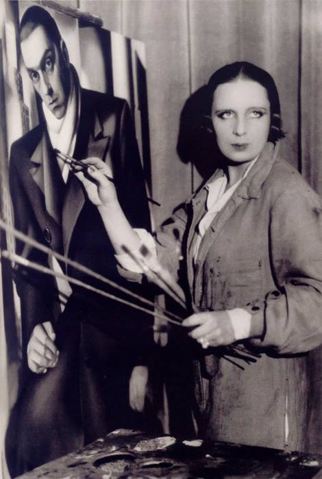 06 Tamara de Lempicka in front of the portrait of her husband Tadeusz, ca. 1928 - photo by Thérèse Bonne