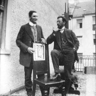 08 Franz Marc und Wassily Kandinsky with the cover woodcut for the almanac 'Der Blaue Reiter' - München Ainmillerstr. 1911