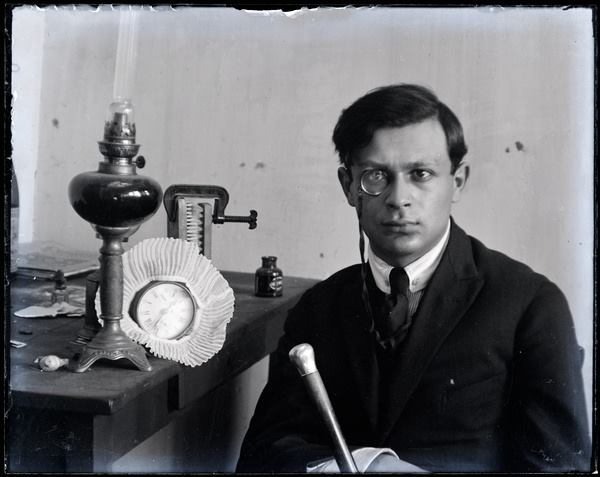 Tristan Tzara, vers 1921, Paris - photo by Man Ray