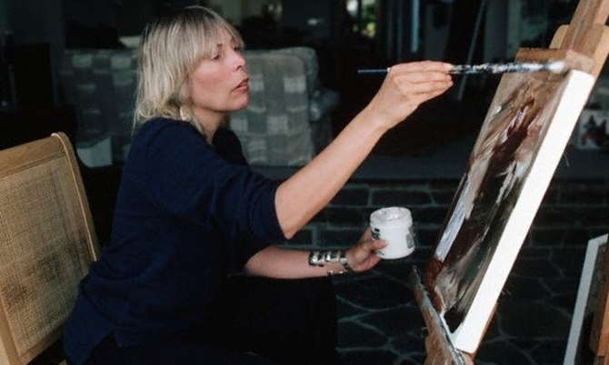 Joni Mitchell … art at work. Photograph by Henry Diltz