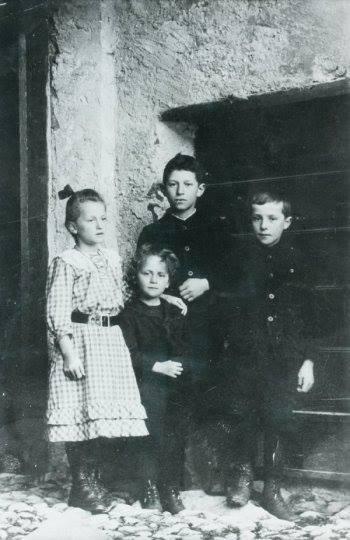 Alberto Giacometti with his siblings - left to right Ottilia, Bruno, Alberto, Diego - Stampa, 1910 - Alberto at age 9