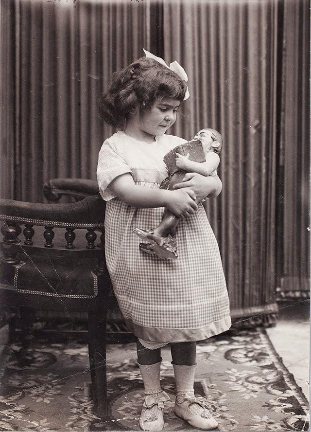 Frida at age 4 1911