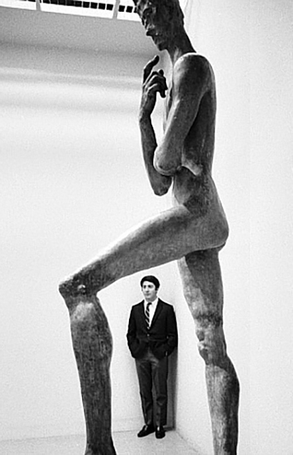 dustin hoffman visits the museum of modern art new york city 1968 photographed by robert goldberg_1