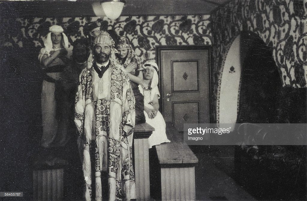 Gustav Klimt as an attendand of an party in the Primavesi-house, with a house-coat designed by Carl Otto Czeschka, Name of the pattern Waldidyll