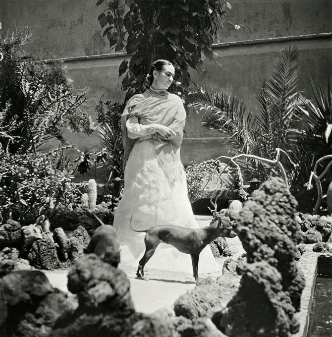 Frida Kahlo in her garden, 1951 — Photo Gisèle Freund