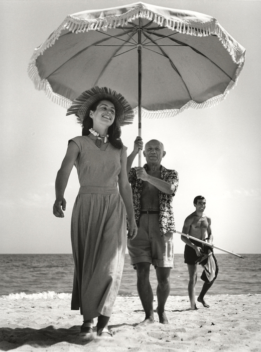 capa_robert_Pablo Picasso with Françoise Gilot and his nephew Javier Vilato, on the beach, Golfe-Juan, France August 1948