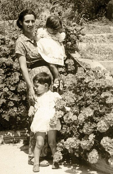 Françoise Gilot and her children Claude and Paloma Picasso in 1950
