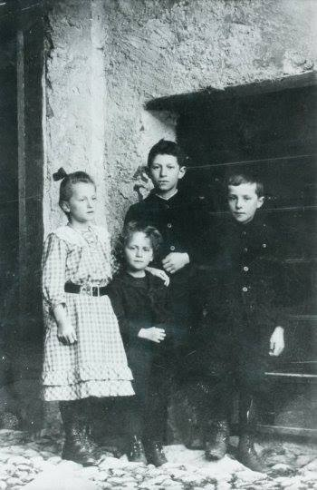 Alberto Giacometti with his siblings - left to right Ottilia, Bruno, Alberto, Diego - Stampa, 1910 - Alberto at age 9