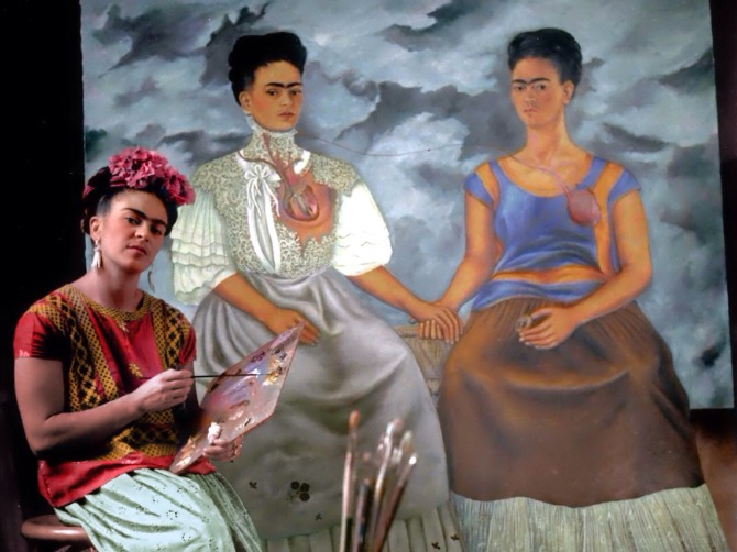 frida-kahlo-painting-las-dos-fridas-1939-photo-by-nickolas-muray