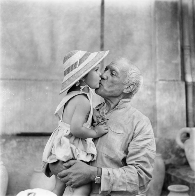 Pablo Picasso kisses his daughter Paloma, 1953.jpg