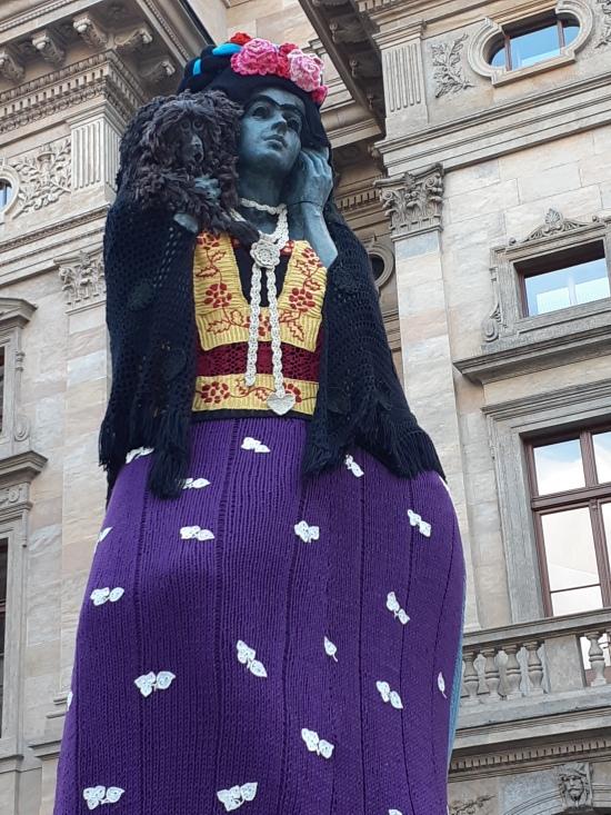 Eva Blahová Reborn Knitted Frida Kahlo 2018 - Praha - Josef Malejovsky Rebirth bronze 1983 átöltöztetve