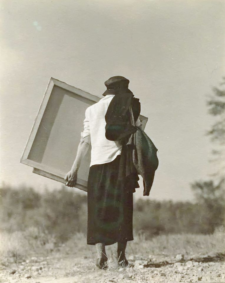 Georgia O'Keeffe carrying her canvas ca.1920 - Photo by Alfred Stieglitz